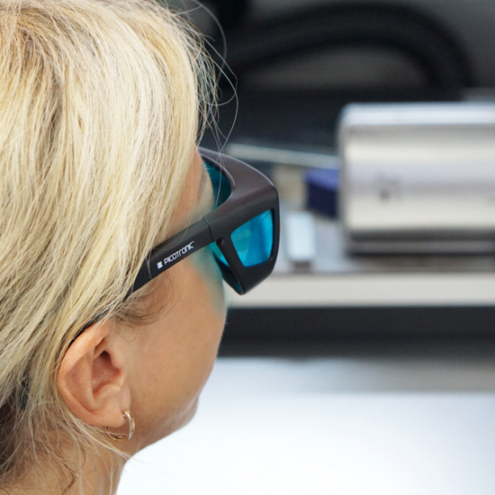 https://media.picotronic.de/products/ds_picture/lightbox/PT_laserschutzbrille_anwendung_nah_blau.jpg