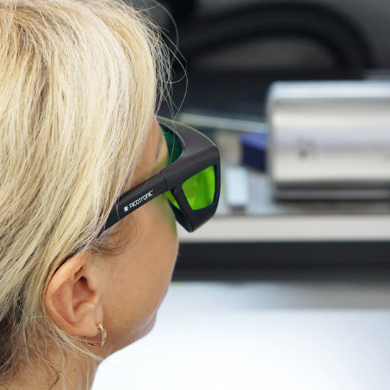 https://media.picotronic.de/products/ds_picture/lightbox/PT_laserschutzbrille_anwendung_nah_gruen.jpg