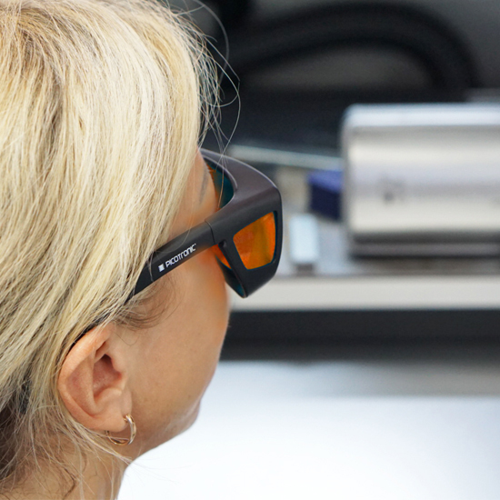 https://media.picotronic.de/products/ds_picture/lightbox/PT_laserschutzbrille_anwendung_nah_orange.jpg