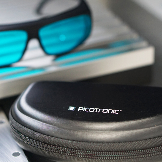 https://media.picotronic.de/products/ds_picture/lightbox/PT_laserschutzbrille_case_blau.jpg