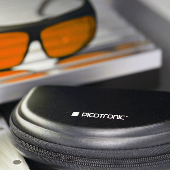 https://media.picotronic.de/products/ds_picture/lightbox/PT_laserschutzbrille_case_orange.jpg