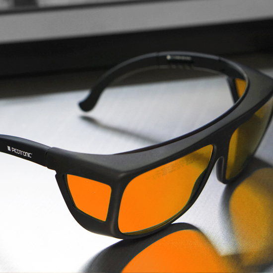 https://media.picotronic.de/products/ds_picture/lightbox/PT_laserschutzbrille_gravur_orange.jpg